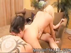Мужики раздели своих красивых сисястых жён и оттрахали на диване