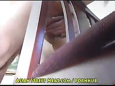 Миниатюрную тайскую девушку раздели и трахнули раком в гостинице