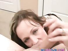 Опытная женщина делает бесподобный минет и дрочит член сиськами