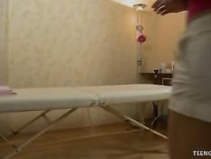 Девушка на массажном столе насладилась массажем и сексом с парнем