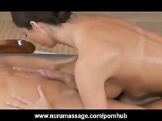 Angelica Saige приняла душ вместе с парнем и сделала ему нуру массаж