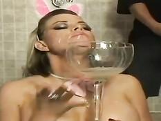 Красотка Kylee мастурбирует в наряде кролика, а парни дрочат на неё