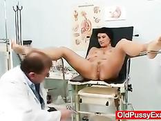 Гинеколог вставил палец в анус сисястой женщине и дал ей вибратор