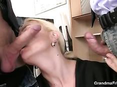 Зрелая блондинка сексуально удовлетворила двух коллег по работе