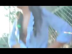 Смелая девушка Lana Violet полуголая бродит по городу и мастурбирует