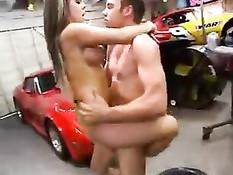 Порно актриса Julia Bond ебалась с парнем на стоянке гоночных машин
