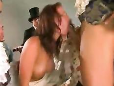Рыжая мадмуазель Sophie Evans в старинном платье отсасывает господам