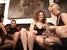 Горячая секс вечеринка нескольких семейных пар немецких свингеров