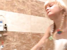 Маленькая светловолосая развратница отсосала парню член в ванной