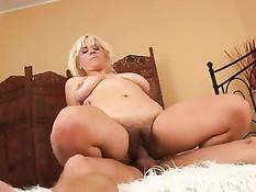 Сексуальная зрелая блондинка с волосатой пиздой ебётся с парнем