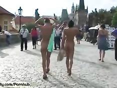 Бесстыжие девки Leonelle и Laura гуляют голышом по улицам города