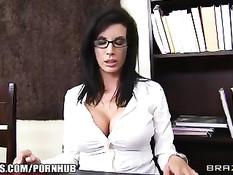 Сексуальная зрелая брюнетка занимается сексом со своим чёрным боссом