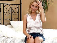 Пацан отодрал на кровати в очко русскую блондинку с большой грудью