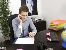 Русская девушка так хотела получить работу, что согласилась на анал