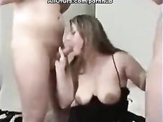 Молодая любительница с большими сосками дрочит и сосёт два члена