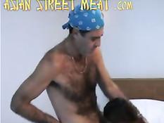 Приезжий иностранец снял и оттрахал в номере тайскую проститутку
