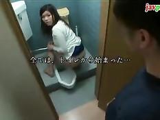 Стеснительные японские девушки отсасывают парням члены в туалете