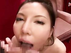 Грудастая японка дрочит член сиськами и старательно отсасывает хуй