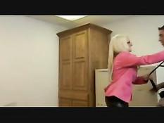 Блондинистая порнозвезда Briana Blair оттрахана на письменном столе