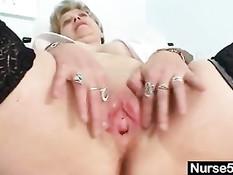 Грудастая старая медсестра снимает халат и мастурбирует в кабинете