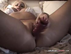 Красивая блондинка ложится в постель и ебёт себя фаллоимитатором