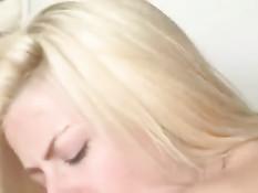 Мачеха трахается с молодым пасынком и его подружкой блондинкой