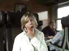 Девчонка сделала приятелю минет и облизала яички в тамбуре поезда