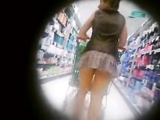 Камера заглянула под юбку тёлке гуляющей без трусиков по магазину