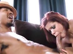 Мулатка Savana Ginger ласкает свои огромные соски и ебётся с другом