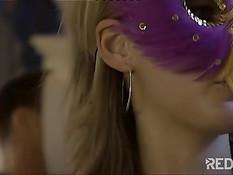 Гламурные свингеры в масках занимаются групповым сексом у бассейна