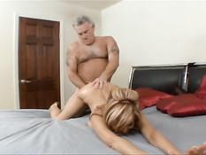 Страстная жена делает минет старому мужу и ебётся в позе наездницы