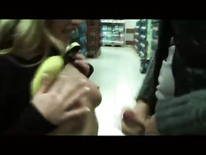 Распутная шалава сосёт мужчине член и трахается в торговом центре