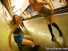 Шалавы бродят по ночному лондонскому метро и занимаются сексом