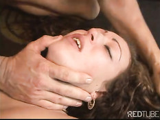 Перевозбудившуюся девушку оттрахали в бритую киску и в задницу