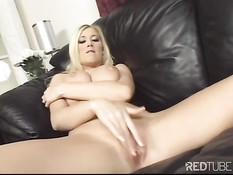 Красивая блондинка Мишель на диване мнёт сиськи и ласкает клитор