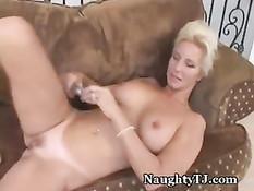Зрелая блондинка с красивой грудью любит мастурбировать на диване