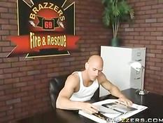 Сексуальная порно звезда Nikki Benz подрочила лысому пожарному