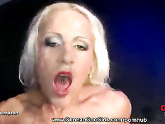 Страстная блондинка Алисия получает сперму от мужской компании