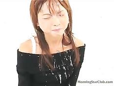 Парни дрочат на молодую тёлку и заливают её личико своей спермой