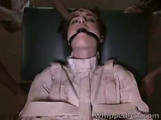 Жестокая девушка доминирует над подругой и трахает её страпоном