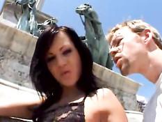Брюнетка Angelina Crow не стесняется прохожих и показывает киску