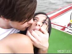 Венгерская девка трахается с парнем на корабле плывущем по реке