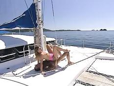 Горячие восточноевропейские модельки трахаются с парнем на яхте