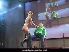 Молодая блондинка вывела на сцену девушку и разделась перед ней