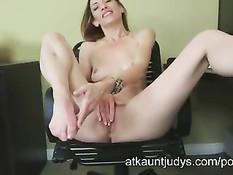 Худая офисная дама Betty Blaze раздевается и мастурбирует в офисе