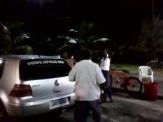 Голая мулатка в ночное время танцует под музыку возле автомобиля