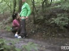 Бег трусцой по парку для этой молодой пары превращается в минет