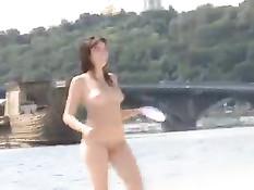 Две обнажённые русские подружки играются на общественном пляже