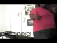 Тощий негр пытается отъебать раком толстую темнокожую женщину