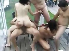 На встрече свингеров женщины занимались лесби сексом со страпоном